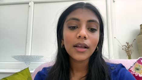 Mujer-Asiática-India-Dando-Malas-Noticias-Por-Video-Chat