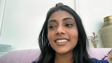 Mujer-Asiática-India-Contando-Una-Historia-Divertida-En-Videollamada