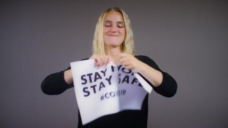 Joven-Mujer-Rubia-Rasga-Quedarse-En-Casa-Permanecer-Firme