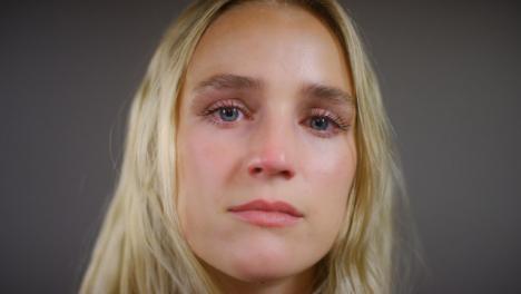 Emotionale-Junge-Blonde-Frau-Die-In-Die-Kamera-Schaut