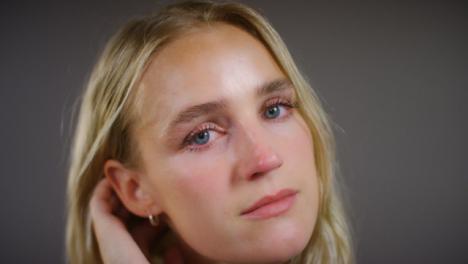 Mujer-Rubia-Joven-Emocional