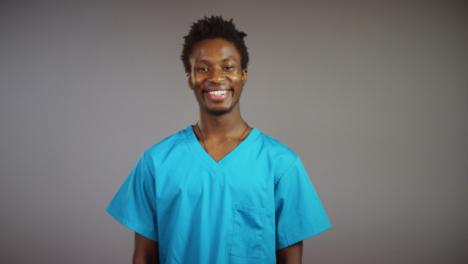 Joven-Médico-Sonriente-Retrato