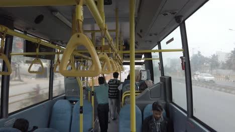 Bengaluru-Weitwinkelaufnahme-Des-Inneren-Eines-öffentlichen-Busses-Tagsüber-Weniger-überfüllt-Aufgrund-Der-Angst-Vor-Dem-Coronavirus