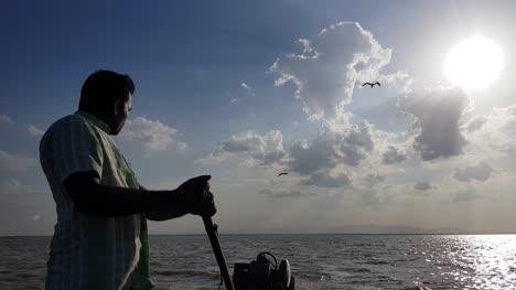 Insel-Irukkam-Andhra-Pradesh-Indien-22-Juli-2019-Weitwinkelansicht-Eines-Bootsmannes-Der-Ein-Motorboot-Mit-Dramatischem-Himmel-Und-Wolken-Im-Hintergrund-Fährt