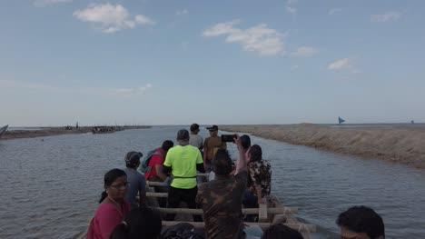 Irukkam-Insel-Andhra-Pradesh-Indien-20-Juli-2019-Touristen-Die-Mit-Einem-Boot-Zur-Insel-Irukkam-Im-Pulicat-see-Reisen