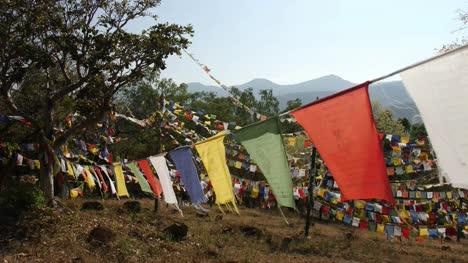 Schöne-Aufnahme-Von-Bunten-Buddhistischen-Flaggen-Die-An-Einem-Sonnigen-Tag-An-Einem-Seil-Im-Wind-Flattern