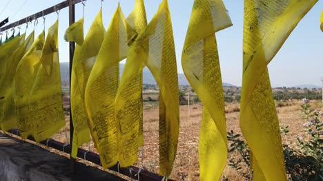 Wunderschöne-Bunte-Buddhistische-Flaggen-Die-An-Einem-Sonnigen-Tag-Im-Wind-Flattern