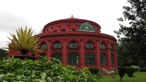 Bangalore-Karnataka-India-1-De-Septiembre-De-2019-Vista-Gran-Angular-De-La-Biblioteca-Central-Ubicada-Dentro-Del-Parque-Cubbon-Con-Las-Plantas-Y-Los-árboles-En-Primer-Plano