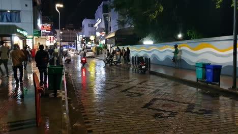Bengaluru-Karnataka-Indien-26-Oktober-2019-Weitwinkelansicht-Der-Berühmten-Kirchenstraße-An-Einem-Regnerischen-Tag-In-Der-Nacht-Night