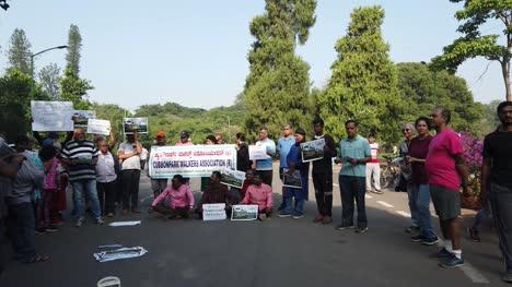 Bangalore-Karnataka-India-Público-Y-Personas-De-La-Asociación-De-Caminantes-Que-Protestan-Contra-La-Entrada-De-Vehículos-En-El-Parque-Cubbon
