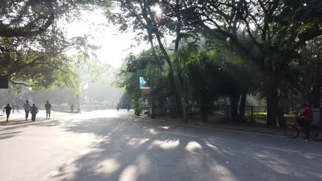 Toma-Panorámica-De-Gran-Angular-De-Personas-En-Cubbon-Park-Durante-La-Madrugada-Wide-angle-panning-shot-of-people-in-Cubbon-park-during-early-morning