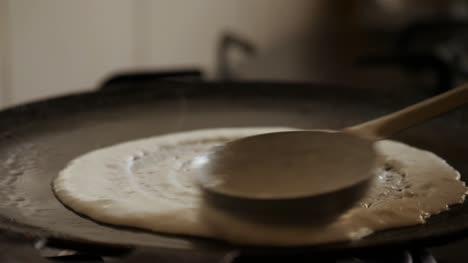 Nahaufnahme-Zeitlupe-Ansicht-Von-Dampfenden-Heißen-Dosa-Auf-Einer-Gusseisernen-Pfanne-Dosa-Ist-Die-Indische-Version-Von-Pfannkuchen-Aus-Reismehlteig