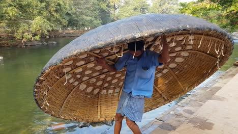 Ein-Mann-Der-Ein-Coracle-In-Den-Fluss-Cauvery-In-Hogenakkal-Tamil-Nadu-Indien-Fallen-Lässt