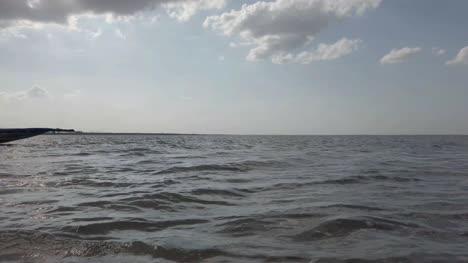 La-Isla-De-Irukkam-Andhra-Pradesh-India-El-20-De-Julio-De-2019-Siluetas-De-Pescadores-Empujando-Un-Bote-De-Madera-En-Un-Lago-Poco-Profundo-La-Isla-De-Irukkam-Andhra-Pradesh-India-El-20-De-Julio-De-2019-Siluetas-De-Pescadores-Empujando-Un-Bote-De-Madera-En-Un-Lago-Poco-Profundo