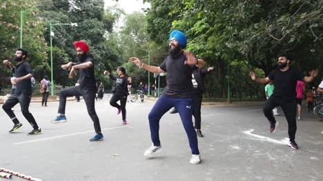 Bengaluru-Karnataka-Indien-1-September-2019-Zeitlupenaufnahme-Eines-Punjabi-Flashmobs-Der-An-Einem-Hellen-Tag-Zu-Einem-Lied-Im-Cubbon-Park-Tanzt