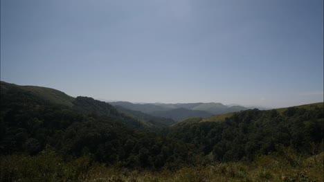 Toma-Panorámica-De-Gran-Angular-De-Hermosas-Cadenas-Montañosas-En-Una-Tarde-Soleada-Con-Cielo-Azul-Claro-Wide-angle-panning-shot-of-beautiful-montaña-ranges-on-a-sunny-afternoon-with-clear-blue-sky
