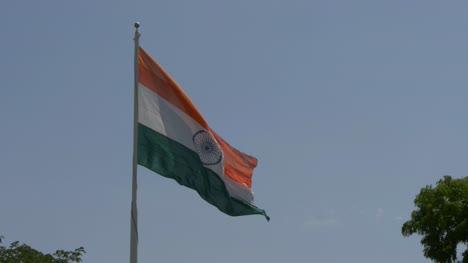 Nahaufnahme-Der-Riesigen-Indischen-Flagge-Die-Bei-Starkem-Wind-Flattert