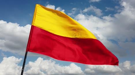 Cerca-De-La-Bandera-Oficial-Del-Estado-Indio-Del-Sur-De-Karnataka-Volando-Contra-El-Cielo-Y-Las-Nubes-En-Segundo-Plano-