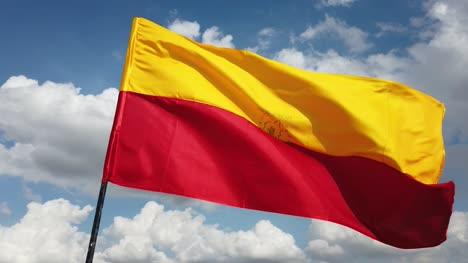Cerca-De-La-Bandera-Oficial-Del-Estado-Indio-Del-Sur-De-Karnataka-Volando-Contra-El-Cielo-Y-Las-Nubes-En-El-Fondo
