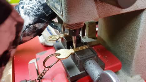 Indien-Nahaufnahme-Eines-Arbeiters-Der-Einen-Doppelten-Schlüssel-Mit-Einer-Maschine-Macht-