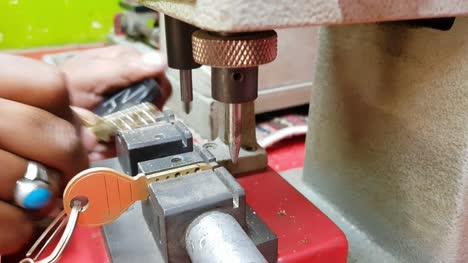 Bengaluru-Indien-Nahaufnahme-Eines-Arbeiters-Der-Einen-Doppelten-Schlüssel-Mit-Einer-Maschine-Herstellt-