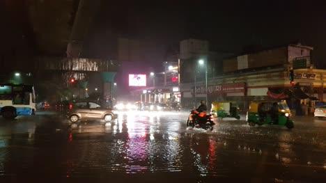 Bangalore-Karnataka-/-India---26-De-Mayo-De-2019:-Vehículos-Que-Pasan-Por-El-Cruce-De-La-Carretera-Mg-Durante-Fuertes-Lluvias-E-Inundaciones