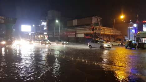 Vehículos-Que-Pasan-Por-El-Cruce-De-La-Carretera-Mg-Durante-Fuertes-Lluvias-E-Inundaciones