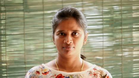 Primer-Plano-De-Una-Mujer-India-Que-Muestra-Cómo-Usar-Una-Máscara-De-Seguridad-N95-Correctamente-Para-Protegerse-Del-Coronavirus-Covid19