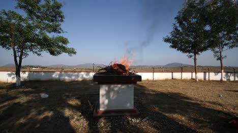 Kollegal-Karnataka-/-India---14-De-Marzo-De-2020:-Disparo-De-Gran-Angular-De-Jóvenes-Monjes-Con-Túnica-Tradicional-Tibetana-Budista-Realizando-Un-Ritual-Con-Fuego-Ardiendo-En-Una-Plataforma