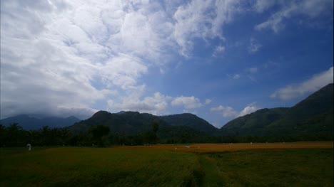 Schöner-Zeitraffer-Von-Wolken-Die-Während-Einer-Hellen-Tageszeit-über-Berge-Auf-Einer-Ländlichen-Landschaft-Ziehen