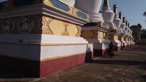 Kollegal-Karnataka/indien---14-März-2020:-Weitwinkel-Kippauslegeraufnahme-Einer-Alten-Dame-Die-An-Einem-Sonnigen-Tag-Von-Den-Buddhistischen-Gebetsstupas-Im-Dhondenling-Kloster-Waling