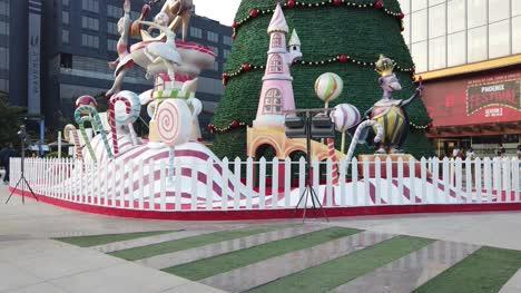 Bangalore-Karnataka-India-03-De-Diciembre-De-2019-Gran-Angular-Inclinación-Hacia-Abajo-De-La-Decoración-Gigante-Del-árbol-De-Navidad-Frente-A-Un-Centro-Comercial-Durante-Una-Agradable-Noche