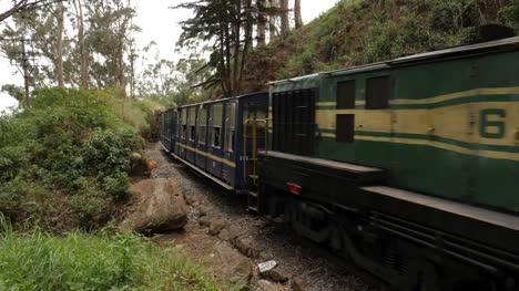 Ooty-Tamil-Nadu-Indien-Mittlere-Weitwinkelaufnahme-Des-Weltberühmten-Einzigen-Zahnradzugs-In-Indien-Der-Auf-Dem-Nilgiri-Gebirge-Läuft