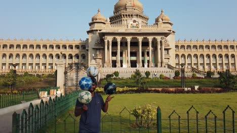 Bengaluru-Karnataka-Indien-Ein-Künstler-Der-Am-Frühen-Morgen-Vor-Dem-Vidhana-Soudha-gebäude-In-Bengaluru-Karnataka-Indien-Tricks-Mit-Fußbällen-Vorführt