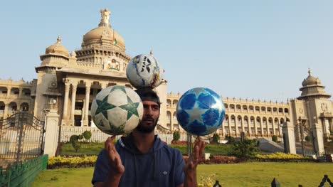 Indien-Ein-Künstler-Der-Am-Frühen-Morgen-Vor-Dem-Vidhana-Soudha-Gebäude-In-Bengaluru-Karnataka-Indien-Tricks-Mit-Fußbällen-Vorführt-
