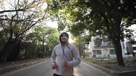 Primer-Plano-De-Un-Hombre-Asiático-Adulto-Que-Llevaba-Una-Sudadera-Con-Capucha-Sudadera-Trotar-Con-Una-Jauría-De-Perros-Durante-El-Amanecer-Closeup-of-an-adult-asian-man-wearing-a-hoodie-sweat-shirt-jogging-with-a-pack-of-dogs-during-dawn