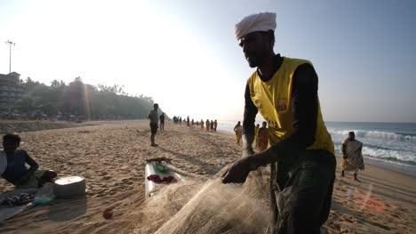 Varkala-Kerala-India-01-De-Enero-De-2020-Plano-Medio-De-Un-Pescador-Preparando-Su-Red-De-Pesca-Durante-Una-Mañana-Brillante-Varkala-Kerala-India-January-01-2020-Medium-shot-of-a-fisherman-preparing-his-fishing-net-during-a-bright-morning