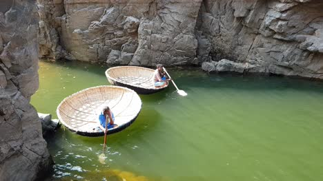 Hogenakkal-Tamilnadu-India-22-Dic-2018-Dos-Hombres-Esperando-En-Un-Coracle-Flotando-En-El-Agua-En-El-Río-Cauvery-