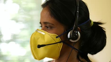 Nahaufnahme-Einer-Frau-Indischer-Herkunft-Mit-Schutzmaske-Und-Kopfhörermikrofon-Die-Während-Der-Covid19-Coronavirus-Pandemie-In-Einem-Bpo-Start-up-Unternehmen-Arbeitet