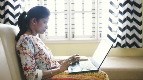 Nahaufnahme-Einer-Indischen-Geschäftsfrau-Die-Von-Zu-Hause-Aus-Arbeitet-Und-Aufgrund-Der-Sperrung-Des-Coronavirus-Covid19-Auf-Einem-Sofa-Sitzt-