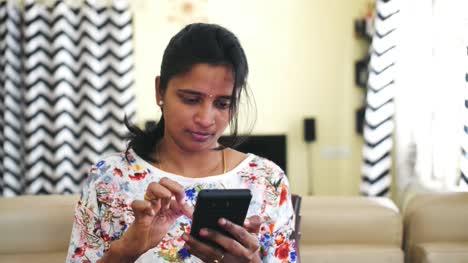 Primer-Plano-De-Una-Joven-India-Operando-Un-Teléfono-Móvil