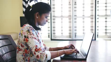 Nahaufnahme-Einer-Indischen-Geschäftsfrau-Die-Von-Zu-Hause-Aus-Arbeitet-Und-Aufgrund-Der-Sperrung-Des-Coronavirus-Covid19-Am-Tisch-Sitzt-