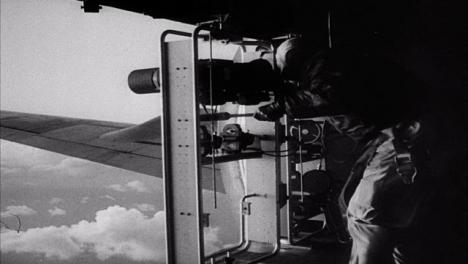 Clip-De-Archivo-Del-Operador-De-Cámara-En-Un-Avión-Filmando-Una-Explosión-De-Bomba-Nuclear