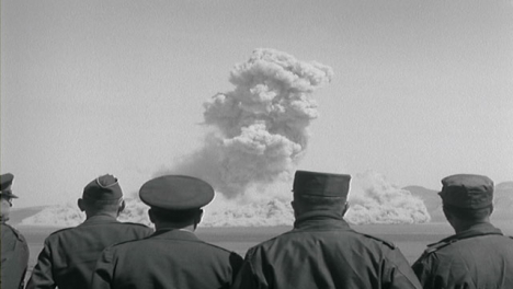 1950-Personal-Militar-Estadounidense-Observando-La-Examen-De-Bomba-Nuclear-Desde-La-Distancia