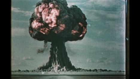 1950s-Soviet-Nuclear-Bomb-Test-Explosión-01