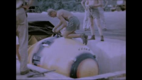 1945-Fat-Man-Y-Little-Boy-Preparativos-De-Bomba-Atómica-En-Tinian-Island-035
