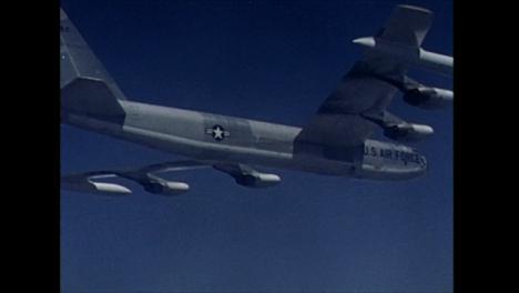 Archivclip-Eines-Amerikanischen-Bombers-Der-Durch-Den-Klaren-Blauen-Himmel-Fliegt