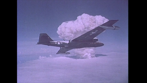1958-Amerikanisches-Flugzeug-B-57b-Auf-Cloud-Sampling-Mission-Während-Atomtests-Im-Bikini-Atoll