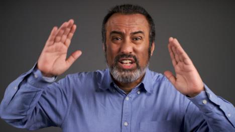 Hombre-De-Mediana-Edad-Visiblemente-Enojado-Gritando-Retrato