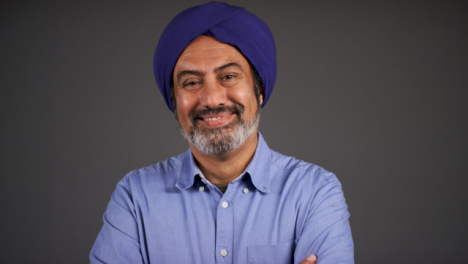 Pull-Enfoque-of-Middle-Aged-Man-In-Turban-Folding-Arms-and-Smiling